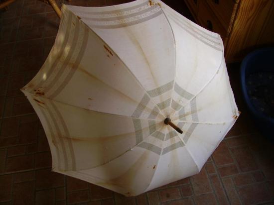 ombrelle-beige-fev-2012-001.jpg